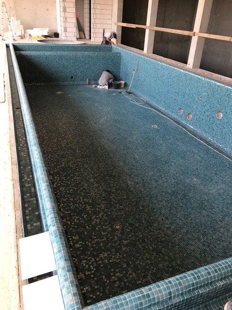 Budowa basenu prywatnego z wykładziną z mozaiki szklanej. W trakcie realizacji.